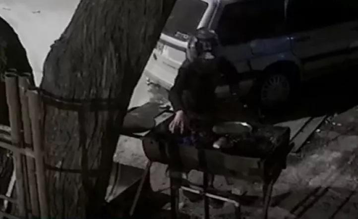 Insólito, vecinos venían haciendo un asado en la calle hasta que se lo robaron motochorros