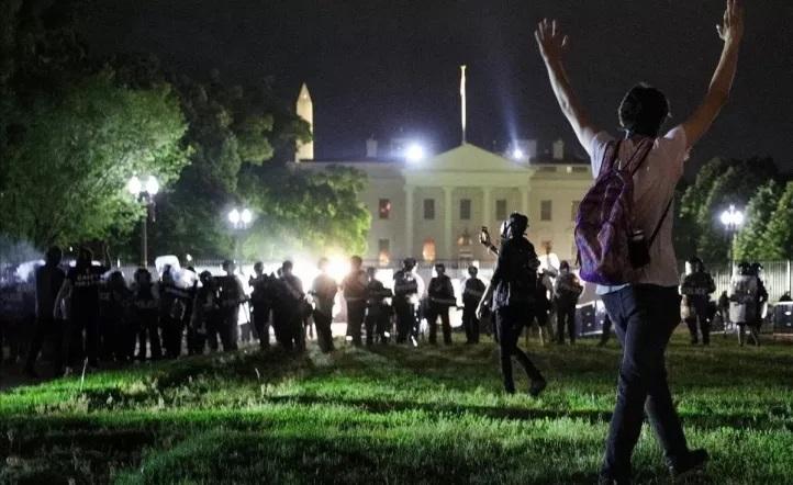 ¿Dónde se ocultó Trump cuando la protesta llegó a la puerta de la Casa Blanca?